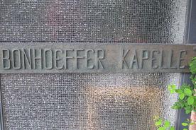 Namens-Schriftzug an der Außenseite der Dietrich-Bonhoeffer-Kapelle - Copyright: Ev.-Luth. Kirchenkreis Lübeck-Lauenburg