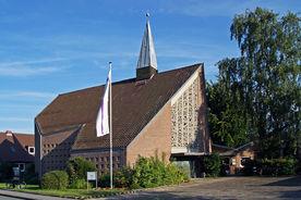 Kapelle über Eck in Abendsonne, links Fahrrad am Schaukasten, in Mitte Kreuz-Hochfahne, rechts Birke mit Schatten - Copyright: Manfred Maronde