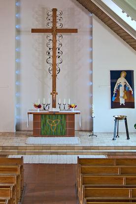 Blick durch den Innenraum auf den Altar der St.-Stephanus-Kirche - Copyright: Manfred Maronde