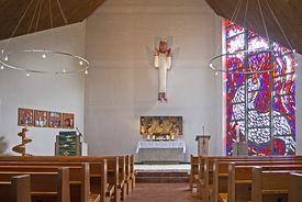 Innenraum der Dietrich-Bonhoeffer-Kapelle mit Blick auf den Altar