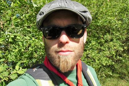 Diakon Andreas Deh mit Schirmmütze und schwarzer Brille